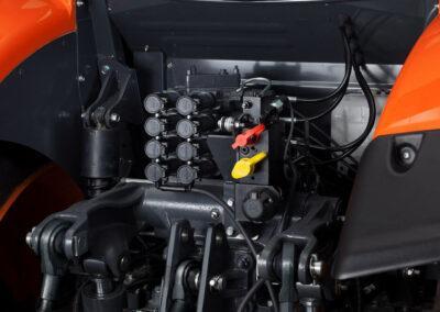 Kubota M6002 achterzijde hydraulische ventielen